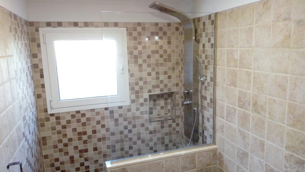 Reforma de baño con ducha de obra y mampara fija