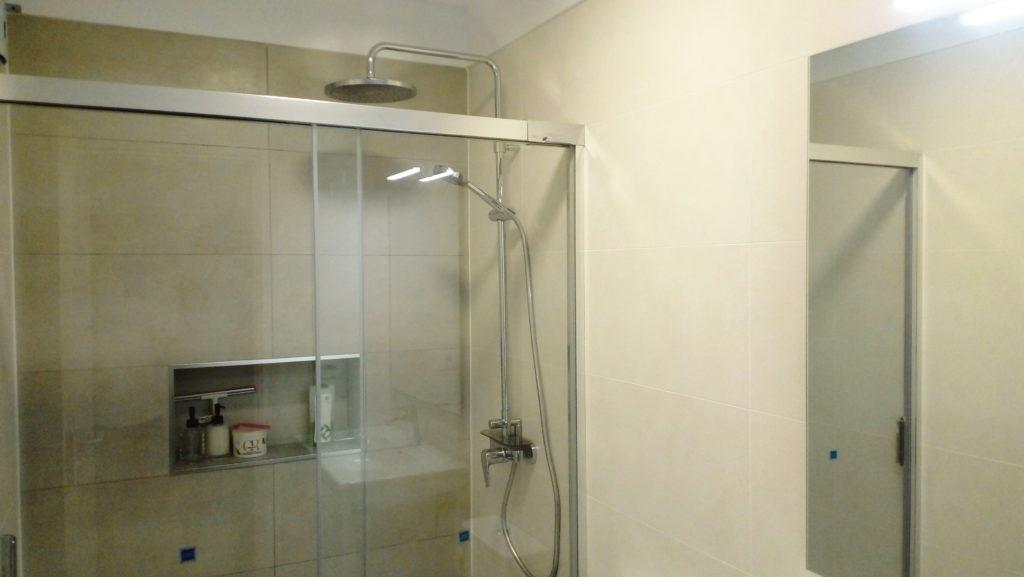 Reforma de baño con plato de ducha plano de resina en tenerife