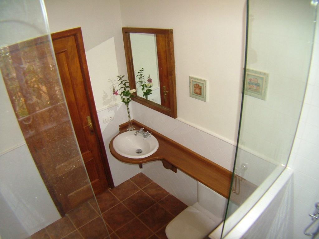 Bañpo diseñado teniendo en cuenta el diseño canario de casas antiguas con estilo rustico