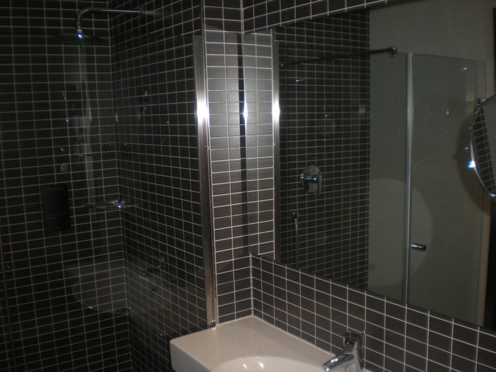Baño con espejo en toda la pared