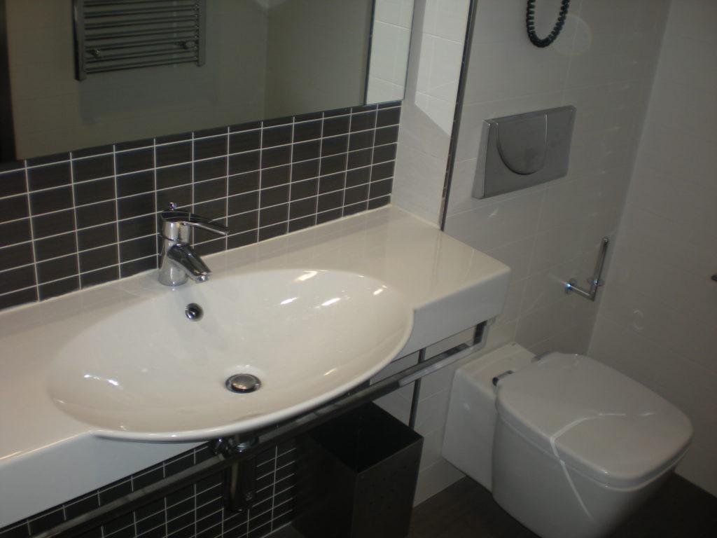 reforma de cuarto de baño con inodoro suspendido