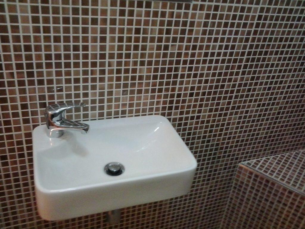 reforma de baño con lavabo suspendido y válbula clic clac