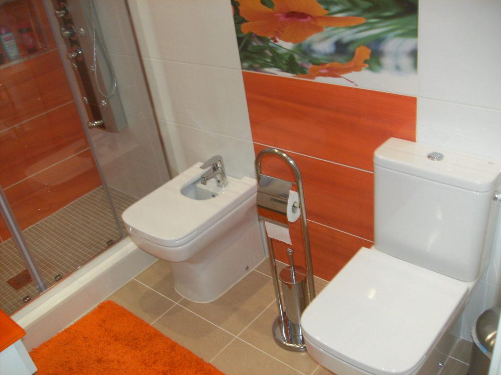 reforma de baño con colores alegres